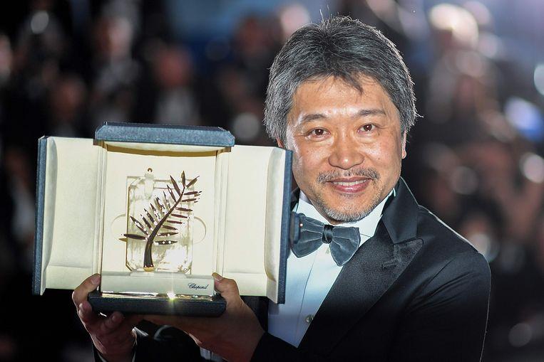 De Japanse filmmaker Hirokazu Kore-eda, met zijn Gouden Palm die hij voor 'Shoplifters' kreeg op het festival in Cannes. Beeld AFP