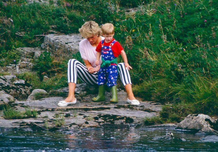 Spelen bij de rivier tijdens een zomervakantie in Schotland in 1987. Beeld UK Press via Getty Images