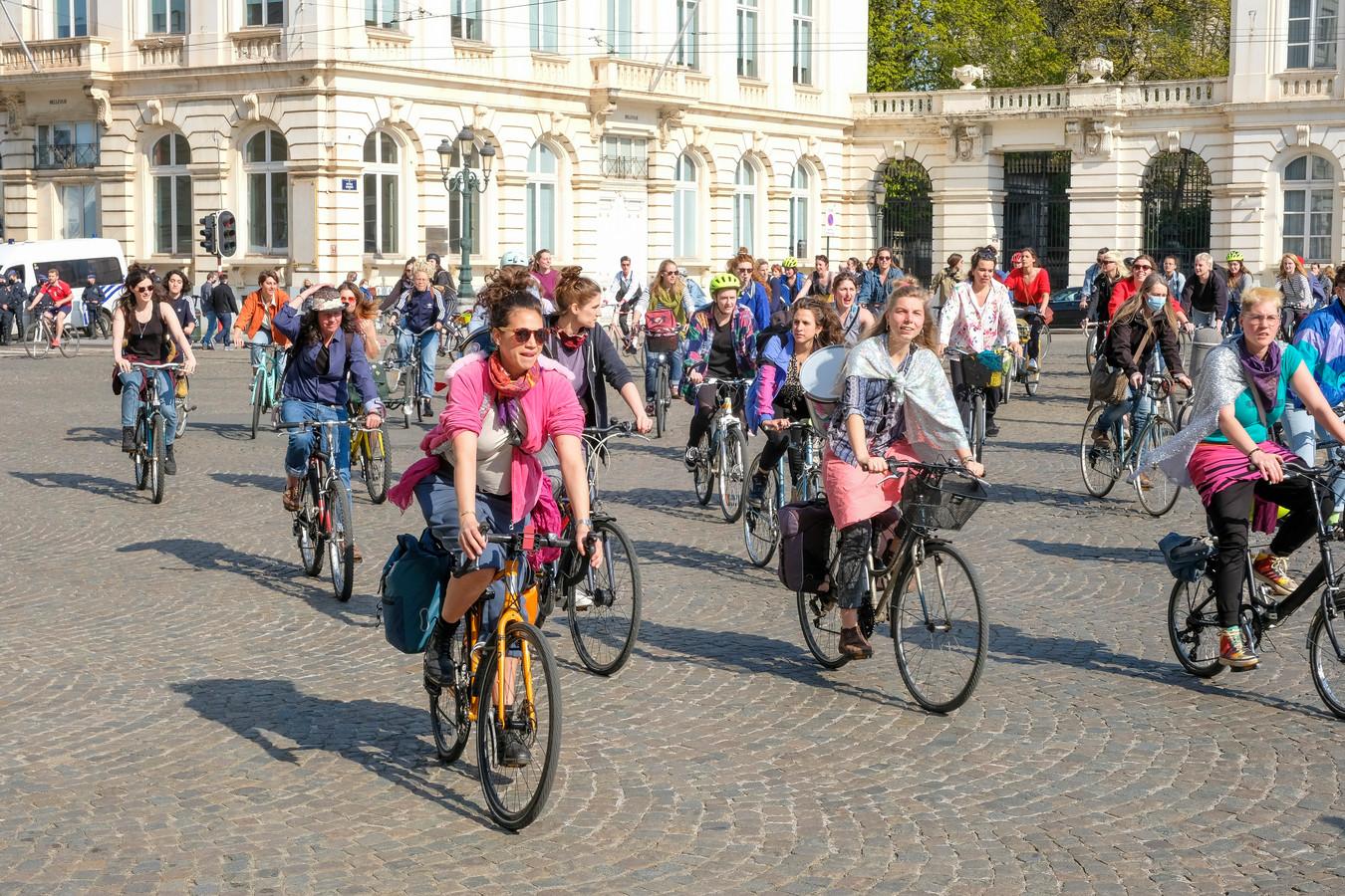 Fietsers rijden door Brussel.