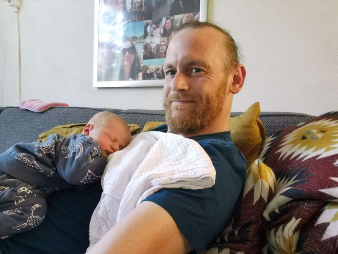 Patrick van der Jagt met zijn kersverse zoon Floris op zijn borst.