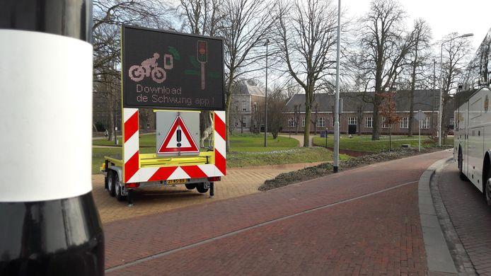 De gemeente Den Bosch kondigt de fietsapp aan met borden langs de weg.