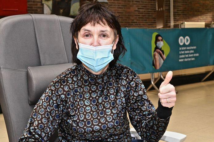 Mia Grymonprez van zorgorganisatie i-mens kreeg ook het vaccin toegediend.