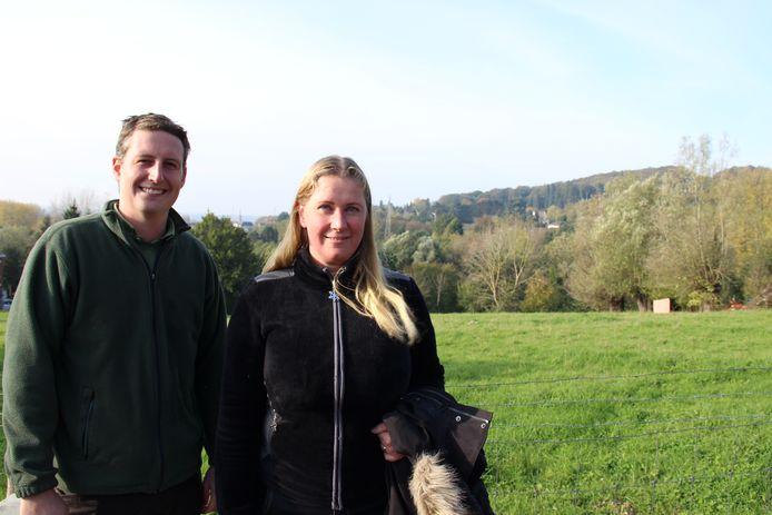 Jens Meuleman en Griet Mortier van Urban Forest vzw bij de weide die ze zullen omvormen tot bos.