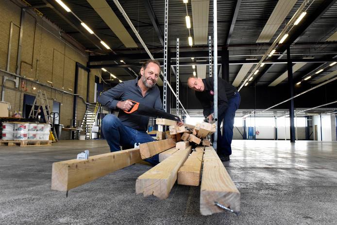 Medewerkers van kringloopwinkel Noppes maken de nieuwe ruimte aan De Bleek in orde.
