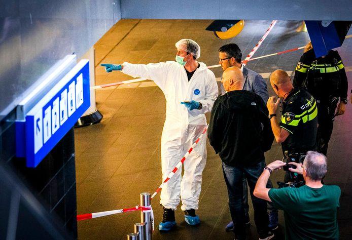 De politie schoot vrijdag op station Amsterdam Centraal een verdachte neer van de steekpartij