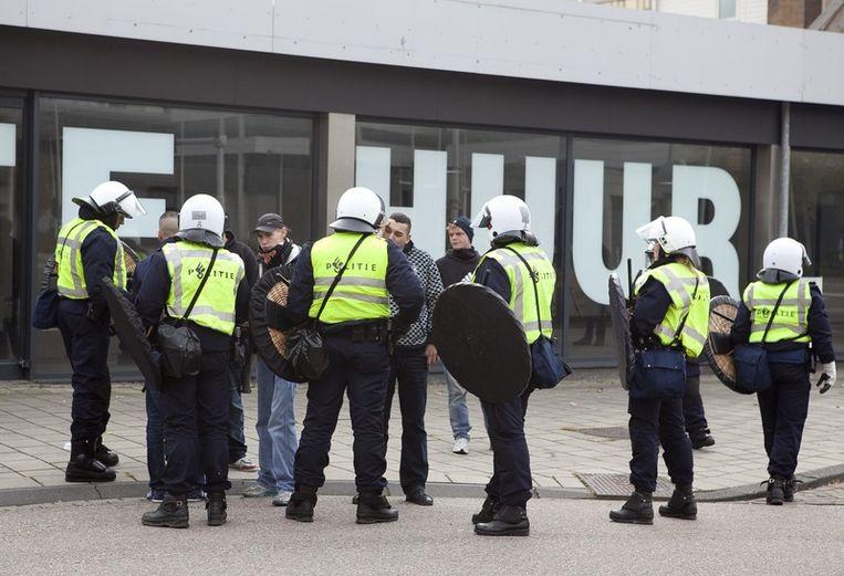 De politie houdt tegenstanders van de pro-Wilders demonstratie tegen. Foto © Amaury Miller Beeld