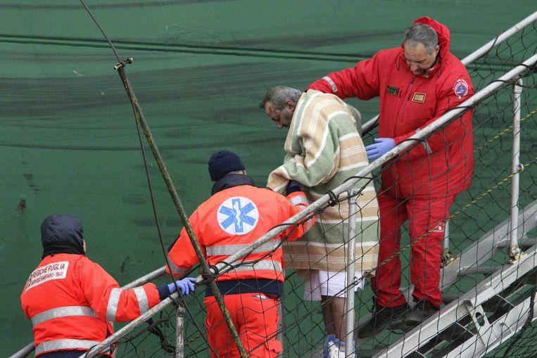 Een gewonde passagier wordt van de veerboot gehaald. Beeld reuters