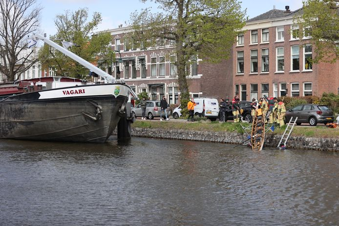 Aanvaring tussen schip en bootje in Voorburg.