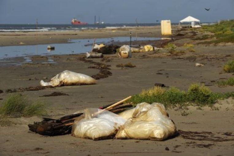 Olie wordt opgeruimd langs de kust van Louisiana. ANP Beeld