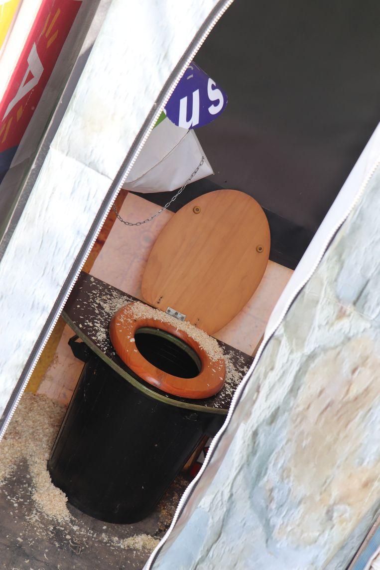 Ook de toiletten zijn een stuk properder, met zaagsel om de viezigheid te dempen Beeld Anthony Henri
