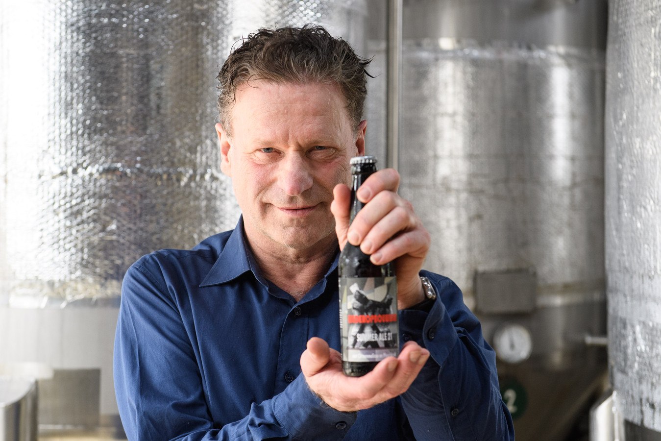 Herbert Capelle bij afvullen van 'Wederopbouwbier', een speciaal bier dat hij heeft laten brouwen bij Rigtersbier in Buurse.