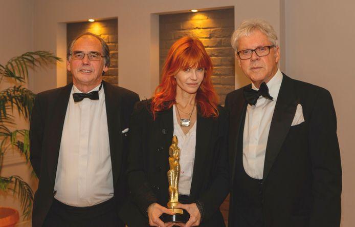 Axelle Red poseert met haar award samen met juryvoorzitter Jos Dessers en initiatiefnemer Frans Billen.