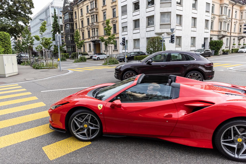 Een Ferrari in de binnenstad van Zurich. 'Superrijken' winnen in een referendum over extra belasting. Beeld Julius Schrank