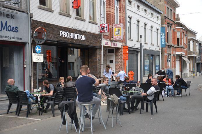 De Geraardsbergsestraat als terrasstraat aan café Prohibition in Ninove.