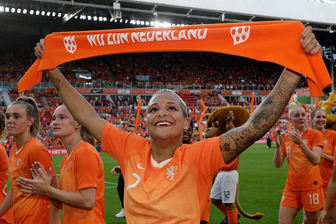 Shanice van de Sanden en haar ploeggenoten laten zich toejuichen na de uitzwaaiwedstrijd tegen Australië.