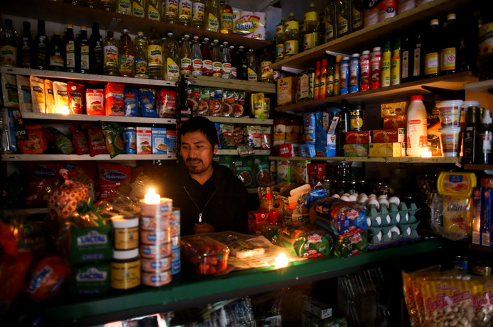 A vendor waits for customers during a national blackout, in Buenos Aires, Argentina June 16, 2019. REUTERS/Agustin Marcarian