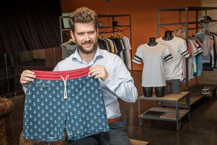 Niels Vandecasteele van Merchandise Essentials met een zwemshort uit hun collectie.
