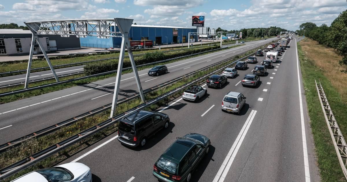 Vrachtwagen met levensmiddelen gekanteld Nieuw Weerdinge.