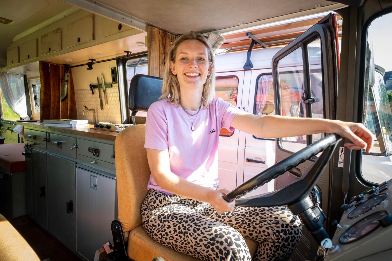 Lore achter het stuur van een van de busjes van Wildeweg