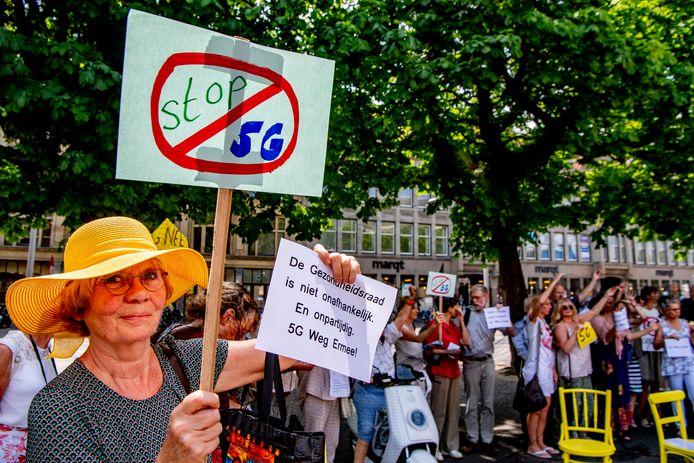 Actievoerders verzamelen zich in Den Haag om te protesteren tegen de uitrol van het 5G-netwerk.