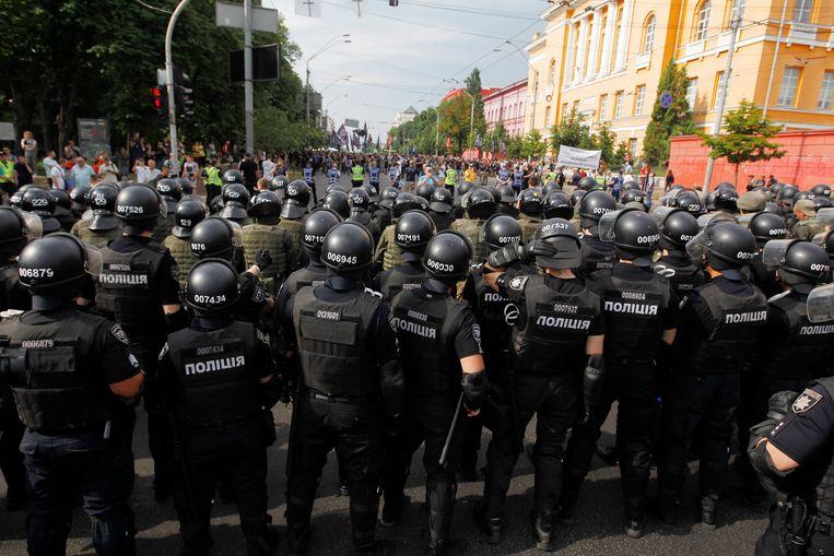 Aan de Gay Pride in de Oekraïense hoofdstad Kiev hebben vandaag meer dan 8.000 mensen deelgenomen. Dat meldt de organisatie. De politie was massaal aanwezig, met tientallen voertuigen en ook agenten te paard, om de optocht rustig te laten verlopen.