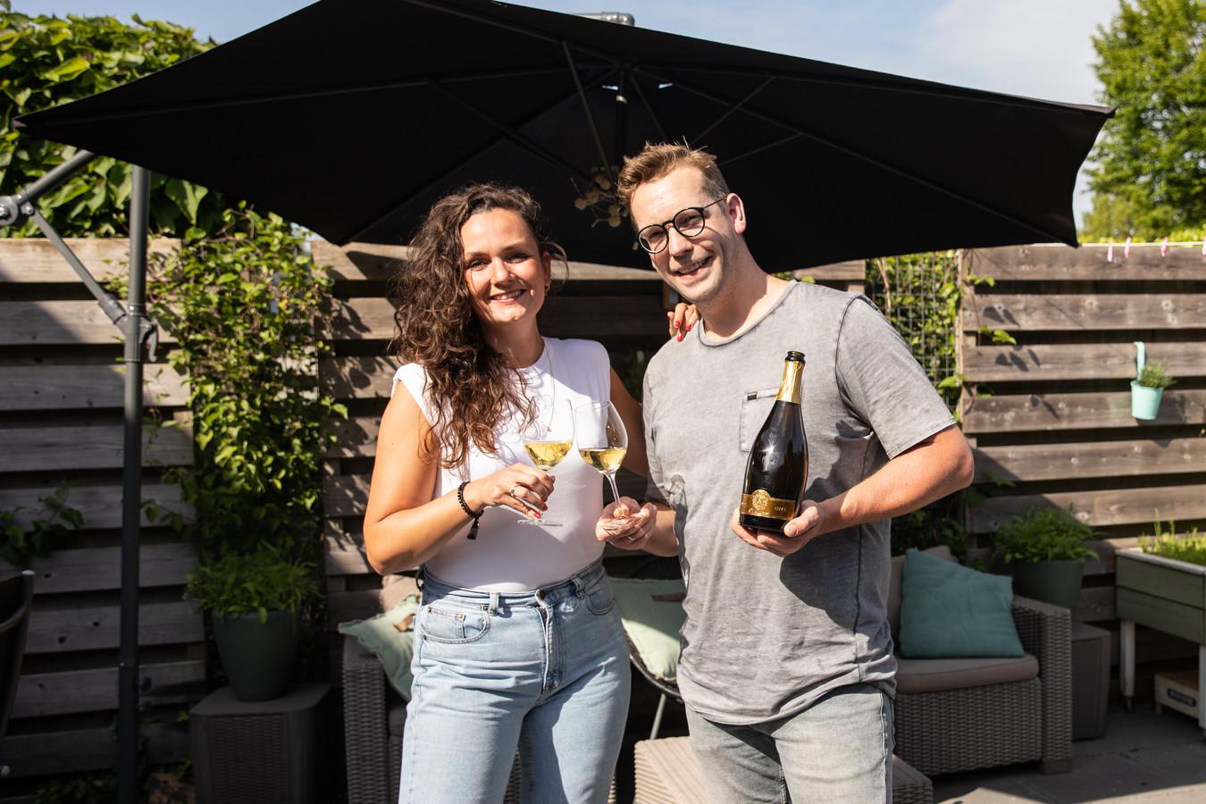 Bas en Lianne van Bistro 't Bloemendaeltje in Amersfoort winnen de Gouden Pollepel en vieren dat door een fles champagne open te trekken.