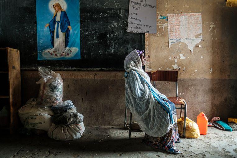 Efur Kiros (60) heeft een plekje gevonden in de basisschool van Mekelle. 'Het volk van Tigray zal blijven vechten, dat is de enige optie. Als ik jonger was, zou ik zelf een wapen oppakken.' Beeld Eduardo Soteras Jalil
