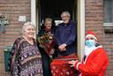 Jeanne Theijn (links) kan niet vaak genoeg benadrukken hoe dankbaar ze haar ouders is. Riek (links in de deuropening) en Pros namen haar en haar zus zo'n 55 jaar geleden in huis.