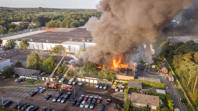 De brandweer is druk bezig de brand te blussen