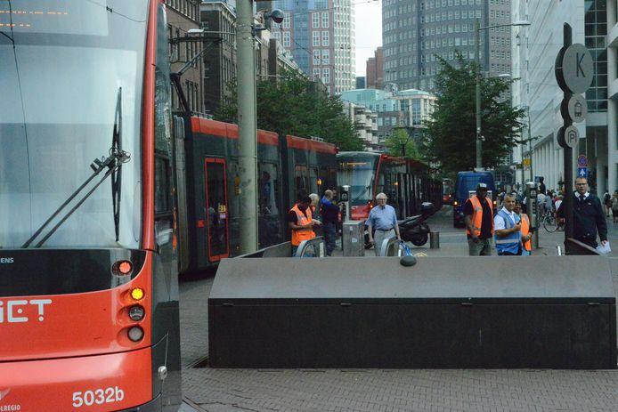 Stilstaande trams in het centrum. Den Haag is getroffen door een grote stroomstoring.