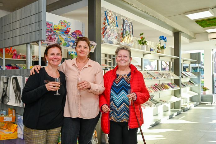 Katrien De Dijcker (midden) trakteert de eerste klanten in de nieuwe winkel op een glaasje cava.