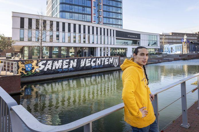Jordy Scheve, de zoon van oud-voetballer John Scheve, maakte in aanloop naar de Twentse derby een levensgroot graffitikunstwerk voor het stadhuis in Almelo.