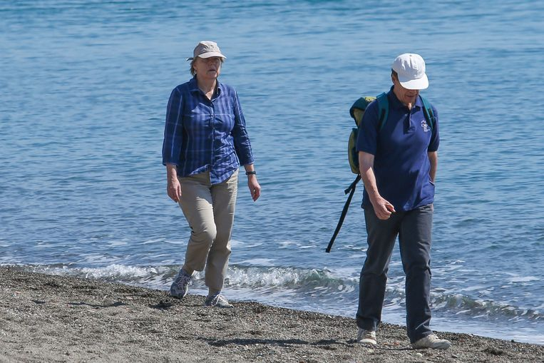 Bondskanselier Angela Merkel tijdens een paasvakantie in 2015 met haar echtgenoot op het Italiaanse eiland Ischia.  Beeld Marco Cantile / Getty