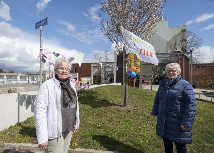 Vrouwen van Nu Markelo bestaat 75 jaar. Secretaris Jenny Oost (rechts) en penningmeester Hermien Tempelman zijn aanwezig op het Kaasplein voor de sobere viering.