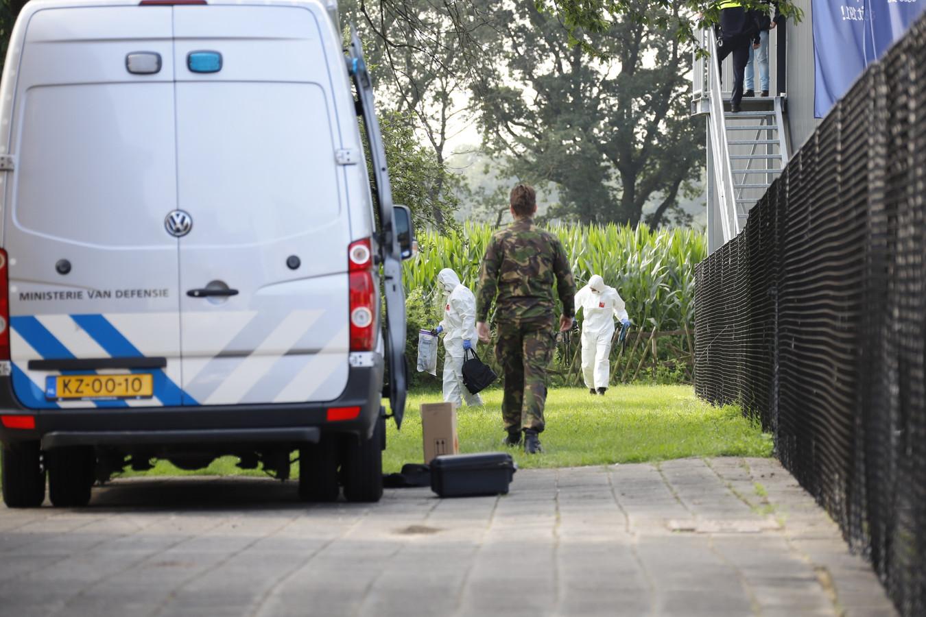 De politie en de EOD doen uitgebreid onderzoek in de omgeving van de geldautomaat in Siebengewald.