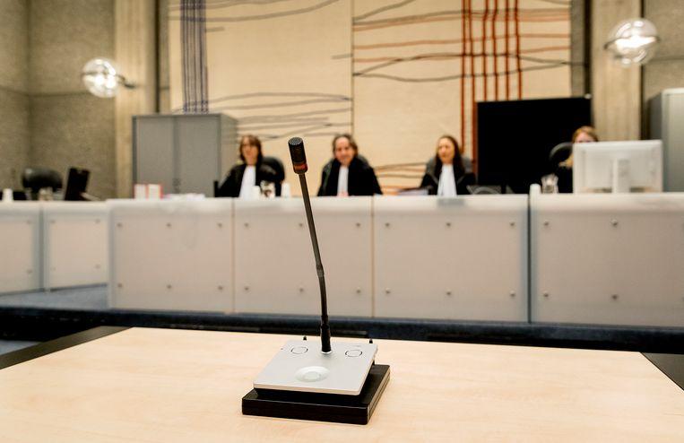 Rechters (VLNR) S. Pompe, B. Vogel en J. Oreel voor aanvang van de behandeling van de vordering tot herroeping van de voorwaardelijke invrijheidsstelling van Volkert van der G.  Beeld null