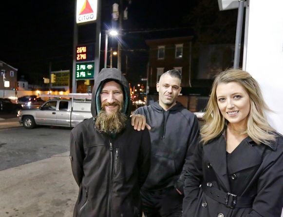 Dakloze Johnny Bobbitt (links) gaf in november 2017 zijn laatste 20 dollar aan de gestrande automobiliste Kate McClure (28). Samen met haar vriend  Mark D'Amico (39) startte ze een crowdfunding. Het koppel ontkent het ingezamelde geld zelf te hebben uitgegeven.