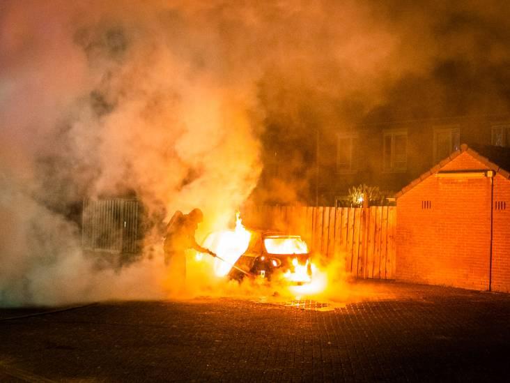 Auto in brand gestoken op pleintje in Eindhoven