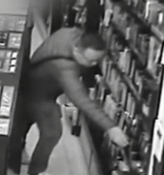 Deze winkeldief steelt in Almelo voor 500 euro aan parfum van het merk chanel. Still uit video.