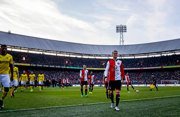 De spelers van Feyenoord en VVV verlaten op 4 november het veld nadat het licht is uitgevallen.