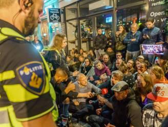 Video toont onrust aan restaurant in Utrecht vanwege negeren coronacheck, gemeente grijpt in en vervangt sloten van de zaak