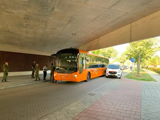 Weer rijdt een bus of vrachtwagen zich vast onder de Nijmeegse stadsbrug, dit keer een bus met militairen.