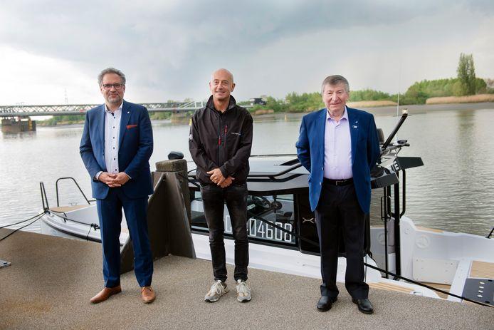 Antwerps schepen Koen Kennis, zaakvoerder Philippe Ophoff en burgemeester Luc De Ryck van Temse bij de voorstelling van de Waterlimo vrijdag.