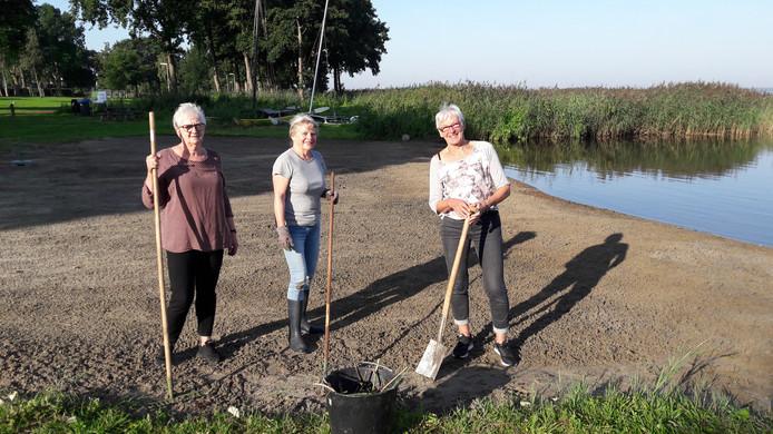 Janneke van Dijk, Yke ten Hoor en Loes Deirkauf (vlnr) houden het Muidenstrand aan het Zeepad in Harderwijk netjes en schoon.