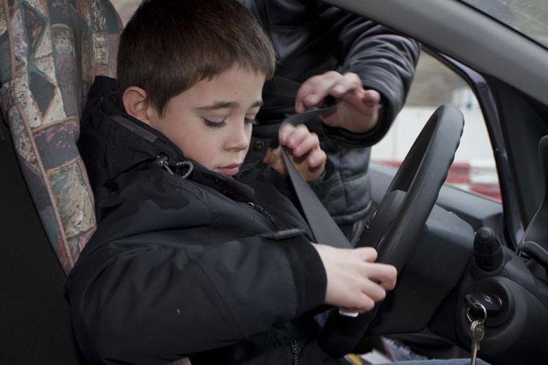 De politie betrapt steeds vaker kinderen die met een auto de weg op gaan.