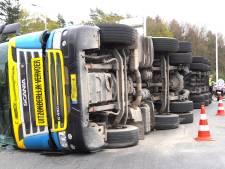 Gekantelde vrachtwagen blokkeert rotonde De Witte Paal bij Hardenberg