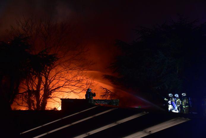 Het vuur woedde enkele uren hevig in het diepe pand dat getroffen werd in de Vooruitgangsstraat in Kortrijk.