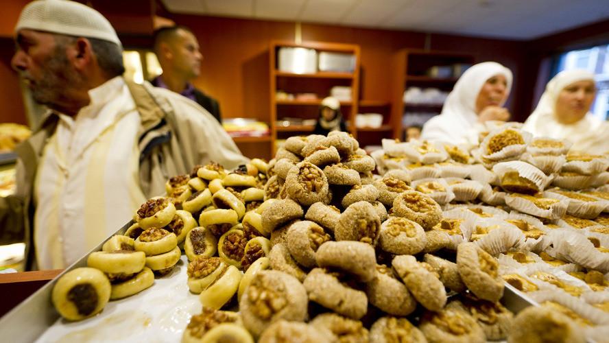 Moslims in 2011 bij een Marokkaanse bakkerij in Den Haag doen inkopen voor het Suikerfeest. Het vieren van het feest, aan het eind van de ramadan, staat in het teken van gebed, samenzijn, liefdadigheid en eten en drinken.
