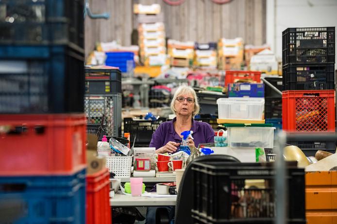 """Tini werkt al 25 jaar bij Het Goed. """"Mensen letten vaak niet goed op als ze iets wegdoen. We hebben wel vaker grotere geldbedragen gevonden in kasten of lades."""""""