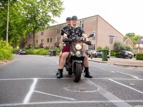 Een van de langste straten in Almelo is in slechte staat: 'Er zijn gaten waar je hele wiel zo in verdwijnt'